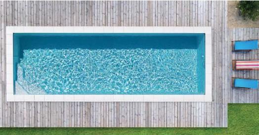 ??  ?? DESIGN FONCTIONNEL ET ESTHÉTIQUE Voici une piscine en configuration couloir de nage et satisfait toutes les envies. Elle s'appelle Emilie et propose une palette de dimensions idéales pour les entraînements de natation des plus sportifs. Elle est dessinée en lignes épurées tout en finesse et modernité à même de mettre l'accent sur la perspective et la profondeur du jardin. Dotée d'un escalier intégré et positionné dans l'un de ses angles, cette piscine s'offre une allure olympique qui séduit les amateurs d'une architecture design. Waterair.