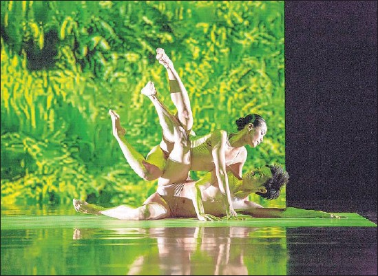 """?? Liu Chen-hsiang ?? CLOUD GATE Dance Theatre's Huang Pei-hua, top, and Tsai Ming-yuan are among the performers in """"Rice"""" who embody soil, wind, water and other elements."""