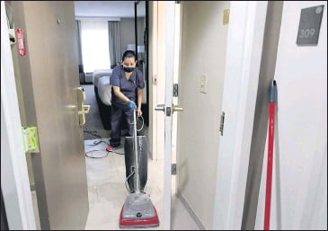 ?? DANIEL SANGJIB MIN/ TIMES-DISPATCH ?? Graciela Castillo cleaned a roomon Tuesday at the Comfort Suites Southpark in Colonial Heights.