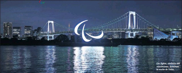 ??  ?? Los Agitos, símbolos del movimiento, iluminan la noche de Tokio.