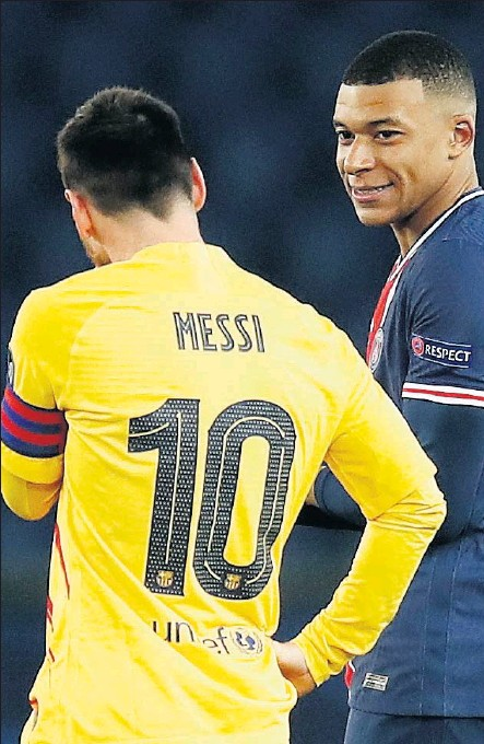 ??  ?? Messi y Mbappé conversan durante el PSG-Barcelona disputado en Champions la pasada temporada.