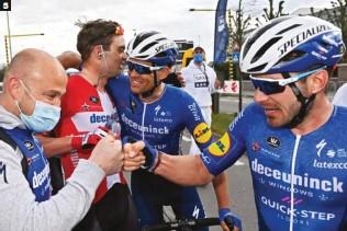 ??  ?? 5 La alegría del Wolfpack. Sénéchal y Stybar, los otros dos Deceuninck-QuickStep en la selección definitiva, felicitan al ganador.