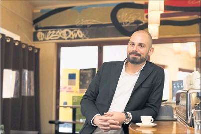 ?? [ Daniel Novotny] ?? Barista Valentin Siglreithmaier im Cafe´ Engländer: Er ist der Maier in Bieder & Maier und fungiert als Gesicht der neuen Marke.