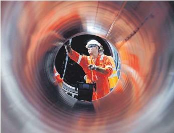 ?? FOTO: ALEXANDER DEMIANCHUK/IMAGO IMAGES ?? Blick durch ein Gasrohr für Nord Stream 2: Aufgrund der angedrohten Sanktionen der USA kocht jetzt wieder die Debatte über den grundsätzlichen Sinn oder Unsinn der Pipeline hoch.