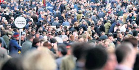 ?? ANDREW MATTHEWS ?? Crowds at the Cheltenham Racing Festival last March