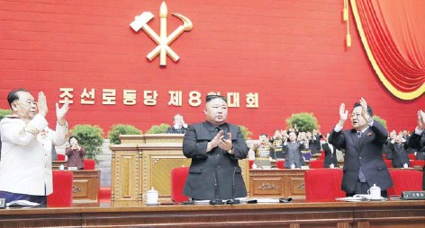 ??  ?? El líder norcoreano Kim Jong Un aplaude en el VIII Congreso del Partido de los Trabajadores en Pyongyang.