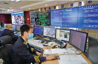 ??  ?? 北京地铁应急中心工作人员关注地铁运行状况