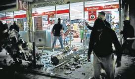 ??  ?? Randalierer zerstörten Dutzende Geschäfte in Stuttgart