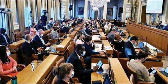 ?? ANJA KUUSISTO ?? FULLMÄKTIGE I MUNSKYDD. Åbofullmäktige har återgått till möten i fullmäktigesalen på Auragatan 2.