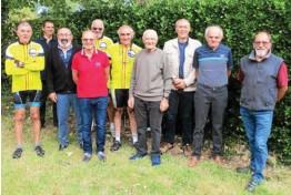 ??  ?? Guillaume Pavec, au premier plan, entouré des membres du club des cyclorandonneurs de Pont-l'Abbé.
