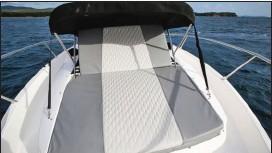 ??  ?? Une idée empruntée au monde des yachts : le bain de soleil à dossier inclinable est protégé par un petit bimini !
