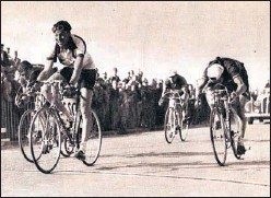 ??  ?? Georges Meunier gana la etapa del Tour de 1951 con meta en Tréport.