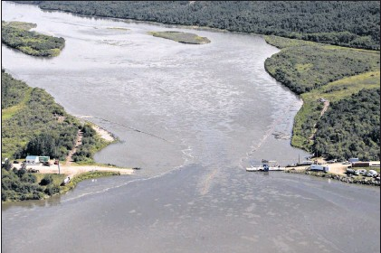 ?? Cp Photo/jason Franson ?? Crews work to clean up an oil spill on the North Saskatchewan River near Maidstone, Sask., on July 22, 2016. A year after a major oil spill along the river fouled the water source for three Saskatchewan cities, an environmentalist says the company...