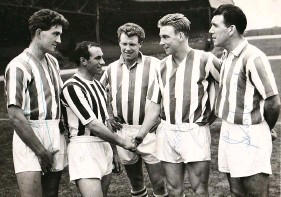 ??  ?? John Carvin, centre, with Stan Jones, Stan Steele, Chuck Drury and Stuart Williams at the Hawthorns, 1961