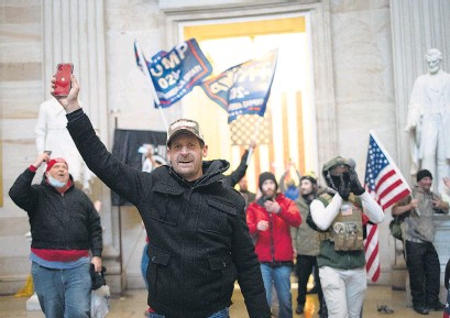 ??  ?? El asalto al Capitolio por parte de seguidores de Trump, el pasado 6 de enero.