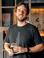 ??  ?? Lucas Meneghetti, cervejeiro caseiro premiado em concursos nacionais, juiz National do BJCP, sommelier de cervejas e fundador do Roister
