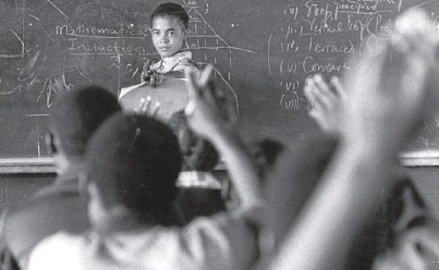 ?? Picture: PETER MAGUBANE ?? NOT THE ANSWER: Pupils learn maths in English in 1977, a year after a student revolt against being taught in Afrikaans
