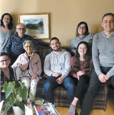 ?? PHOTO COURTOISIE ?? Denise Leblanc, âgée de 78 ans, entourée de sa famille, avant de partir dans un centre de soins palliatifs où les visites sont interdites à cause de la pandémie de coronavirus.