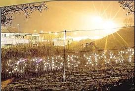 ??  ?? Mit dieser Lichterketten-Aktion protestiert der NEOS-Politiker Scherak gegen den Zaun.