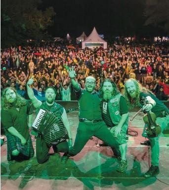 ??  ?? Bodh'aktan lors du concert qu'il a offert le 4 août à Sion, en Suisse, dans le cadre du Irish Guinness Festival, une des destinations visitées par la formation québécoise.