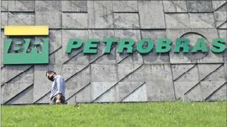 ?? EL PAÍS ?? Brasil. Un hombre camina frente a la sede principal de Petrobras en Río de Janeiro, en septiembre de 2020.