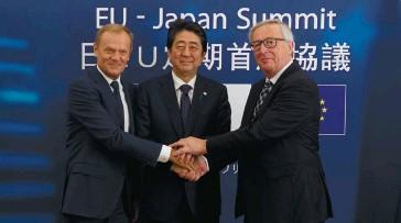 ??  ?? Photo ci-dessous : Bruxelles, le 6 juillet 2017, le Premier ministre japonais, Shinzo Abe, le président de la Commission européenne, Jean-Claude Juncker, et le président du Conseil européen, Donald Tusk. À la veille d'un sommet du G20, le Japon et...