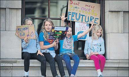 ?? DAN KITWOOD / GETTY ?? Ruptura generacional. Los jóvenes británicos votaron masivamente por seguir en la UE. En la imagen, un grupo de niños en la manifestación proeuropea de ayer en Londres