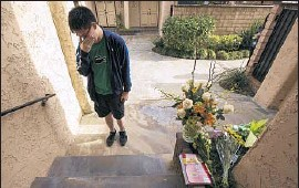 ?? Irfan Khan Los Angeles Times ?? JUSTIN TSOU, a friend of William Lin, weeps outside the Lin family's Arcadia town home. They had volunteered together at Methodist Hospital.