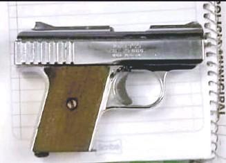 ??  ?? El menor de edad portaba un arma tipo escuadra de la marca Raven Arms de calibre 25, y un cargador, dentro de su mochila al momento que se encontraba dentro de la institución educativa.