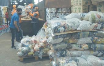 ??  ?? Un poco más de 103 toneladas de alimentos fueron entregados ayer a la SEN por parte de colegios privados.