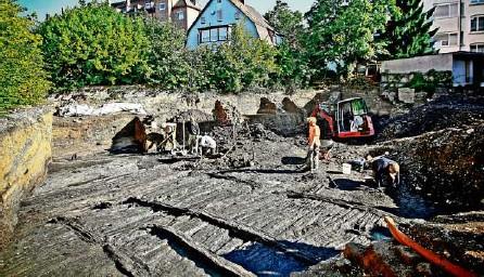 ?? Foto: Peter-Michael Petsch ?? Ausgrabung 2012 im Sparrhärmlingweg in Bad Cannstatt: Die Holzkonstruktion der Römer aus dem zweiten Jahrhundert nach Christus ist gut erhalten.