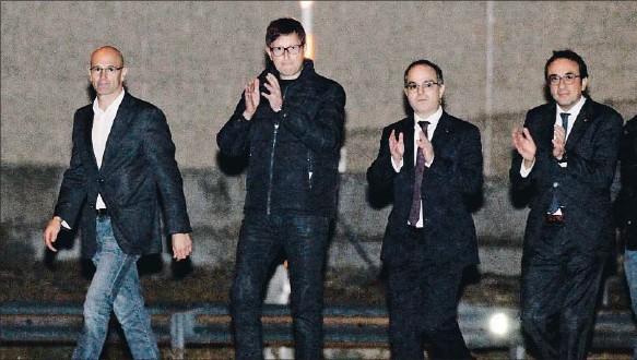??  ?? VÍCTOR LERENA / EFE Libres después de 32 noches. Los exconsellers Romeva, Mundó, Turull y Rull salieron ayer a las 18.30 horas de la cárcel de Estremera. A las 15.50 horas habían dejado Alcalá Meco Meritxell Borràs y Dolors Bassa.
