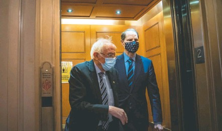 ?? Salwan Georges/the Washington POST ?? Sens. Bernie Sanders (I-VT.), left, and Ron Wyden (D-ore.) have been at the forefront of efforts to raise the federal minimum wage.