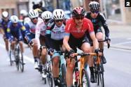 ??  ?? 2 Perseguidores. Dylan Teuns (Bahrain) y Robert Stannard (BikeExchange) lideran el grupo que trataba de dar alcance al trío.