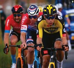 ??  ?? 3 En inferioridad numérica. Van Aert y Van der Poel unieron fuerzas tratando de contrarrestar el dominio del equipo de Lefevere.