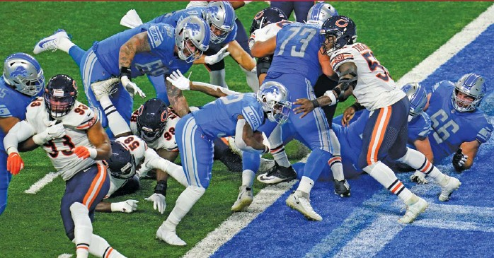 ?? PAUL SANCYA/AP ?? The Lions' D'Andre Swift scores a one-yard touchdown against the Bears on Sunday. Swift's dropped pass late in the game, after he beat linebacker Danny Trevathan in coverage, allowed the Bears to stay alive.