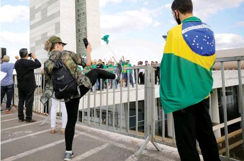 ?? Foto: Reuters/Adriano Machado ?? Protestaktion rechter Bolsonaro-Fans am Samstag vor dem Kongressgebäude in der Hauptstadt Brasília