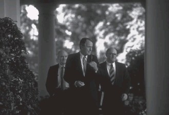 ?? DIANA WALKER/TIME & LIFE PICTURES/GETTY IMAGES ?? President George H.W. Bush, with national security adviser Brent Scowcroft, left, and press secretary Marlin Fitzwater, awaits Soviet leader Mikhail Gorbachev's arrival at the White House in May 1990.