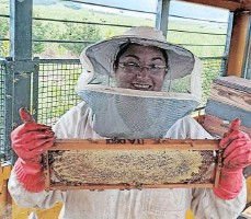 ??  ?? BEEKEEPER Kristie Paine has been waxing lyrical about the importance of bees to the survival of mankind.