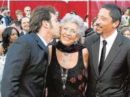 ?? // REUTERS ?? Con sus hijos, Javier (izquierda) y Carlos, en los Oscar