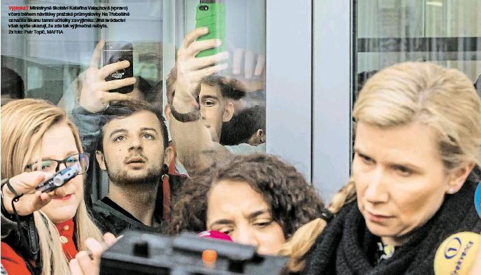 ?? 2x foto: Petr Topič, MAFRA ?? Výjimka? Ministryně školství Kateřina Valachová (vpravo) včera během návštěvy pražské průmyslovky Na Třebešíně označila šikanu tamní učitelky za výjimku. Jiná svědectví však spíše ukazují, že zde tak výjimečná nebyla.