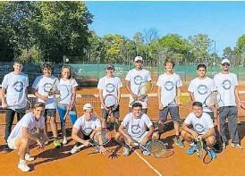 ??  ?? En banda. Con sus amigos tenistas de SITAS,,su lugar en el mundo.