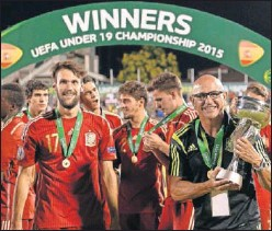 ??  ?? Luis de la Fuente y sus jugadores, con el trofeo del Europeo Sub-19.