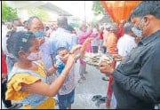?? HT PHOTO ?? (Top) A long queue of devotees in Lucknow and (above) people seek blessings outside the Hanuman Setu temple on Tuesday.