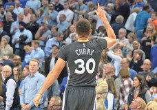 ?? MARK D. SMITH, USA TODAY SPORTS ?? The Warriors' Stephen Curry points skyward after hitting a deep three-pointer to beat the Thunder on Saturday.