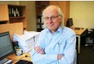 ?? Foto: nd/Ulli Winkler ?? Dr. Steffen Schmidt, Jahrgang 1952, ist Wissenschaftsredakteur des »nd« und der Universalgelehrte der Redaktion. Auf fast jede Frage weiß er eine Antwort – und wenn doch nicht, beantwortet er eine andere. Wolfgang Hübner fragte ihn nach Videokonferenzen.