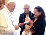 ??  ?? POPE Francis blesses 5-month-old Katie, held by parents John Paul and Aileen Cunanan.