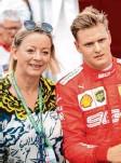 ?? Foto: dpa ?? Wurde falsch zitiert: Managerin Sabine Kehm mit Mick Schumacher, der wegen Schmuddelwetters am Nürburgring sei‰ nen Formel‰1‰Test nicht absolvieren konnte.