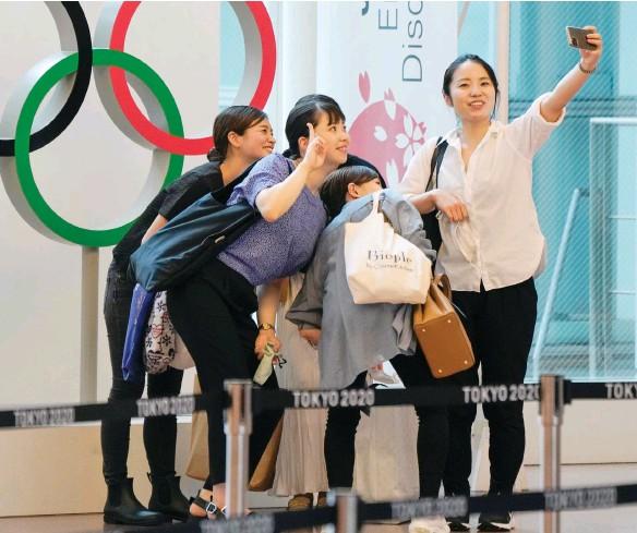 ??  ?? صورة التقطت أمس لفتيات يابانيات أثناء التقاطهن صورة تذكارية مع شعار اللجنة األولمبية الدولية في مطار طوكيو الدولي بهانيدا اليابانية (األوروبية)