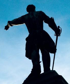 ??  ?? Blev Karl XII mördad? Ryktet om att det var en svensk kula som träffade kungen under belägringen av Fredrikstens fästning i Norge har hållits vid liv i 300 år. Magnus Västerbro är dock övertygad om att det inte var ett mord. Arkivbilder: TT